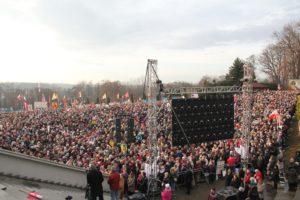 Tłumy wiernych przed Bazyliką Miłosierdzia